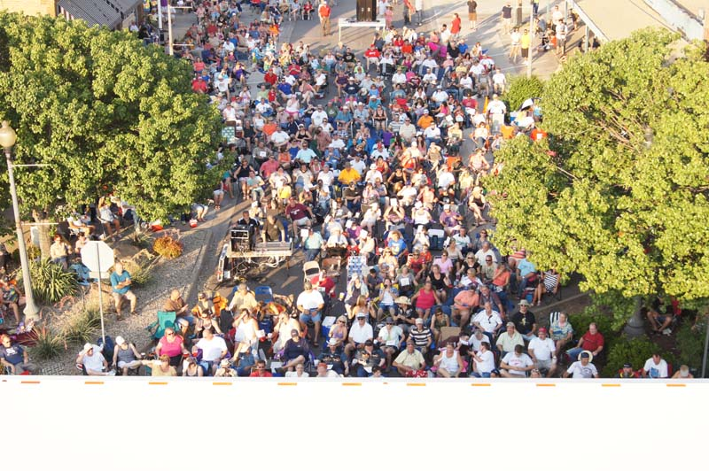 photo of Junior Brown concert-crowd shot